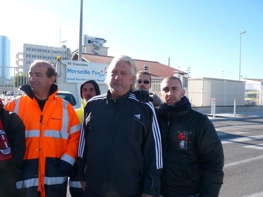 Jean Herold, responsable syndical CGT et les salariés d' AMO 13 bloquent le port depuis le 15 octobre 2010. (Photo N.B.C)